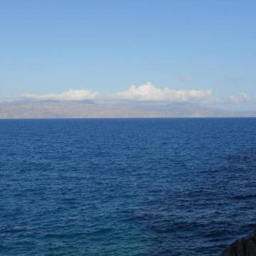 Η χερσόνησος Ροδοπού όπως φαίνεται από τη νησίδα Θοδωρού