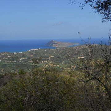 Η κοιλάδα Φασά όπως φαίνεται από τον Άγιο Γεώργιο Βρυσών. Διακρίνεται η νησίδα Άγιοι Θεόδωροι