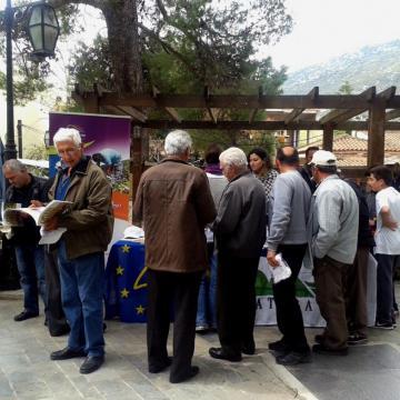 Κάτοικοι της περιοχής ενημερώνονται για το έργο στο περίπτερο του προγράμματος